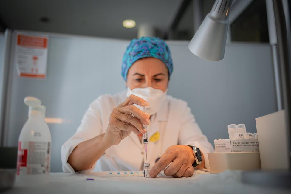 Enfermera prepara la vacuna Pfizer antes de administrarla
