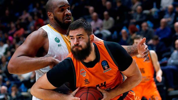 Bojan Dubljevic controla el balón ante Samardo Samuels. EFE