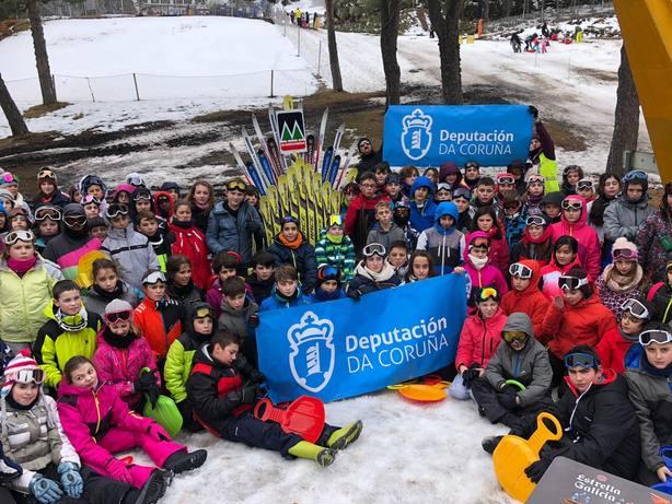 Participantes en la campaña de esquí de la Diputación en Cabeza de Manzaneda