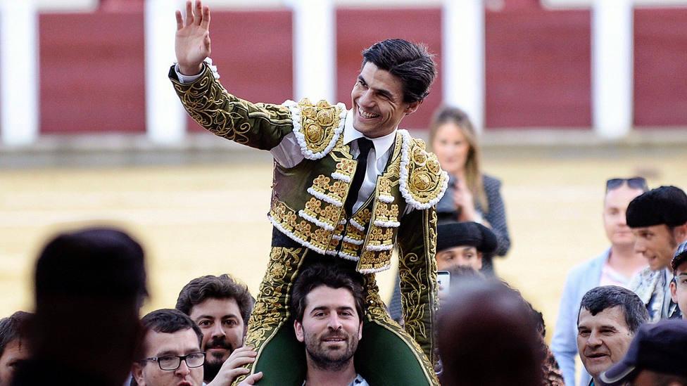 Pablo Aguado en su salida a hombros este domingo en Valladolid