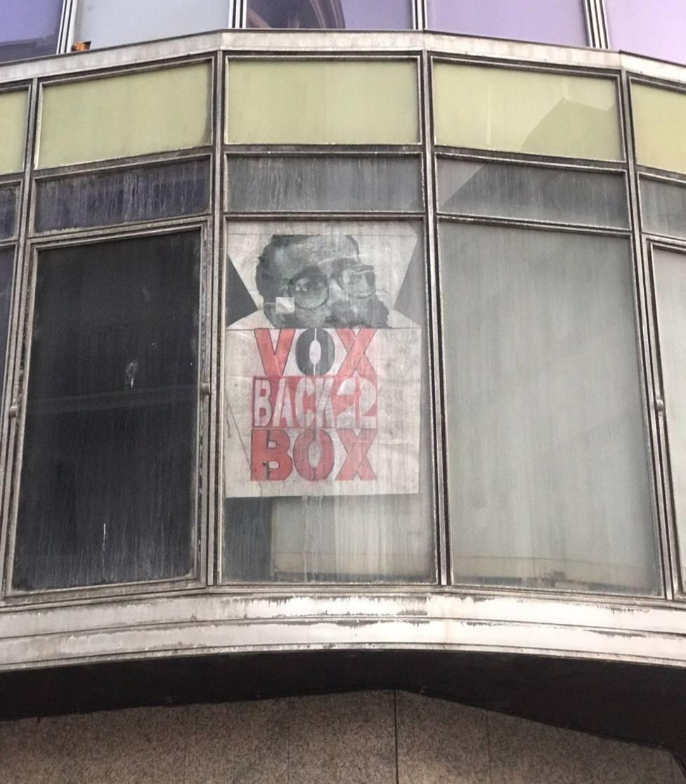Cartel colocado junto a la Plaza Mayor de Burgos en ataque hacia Vox