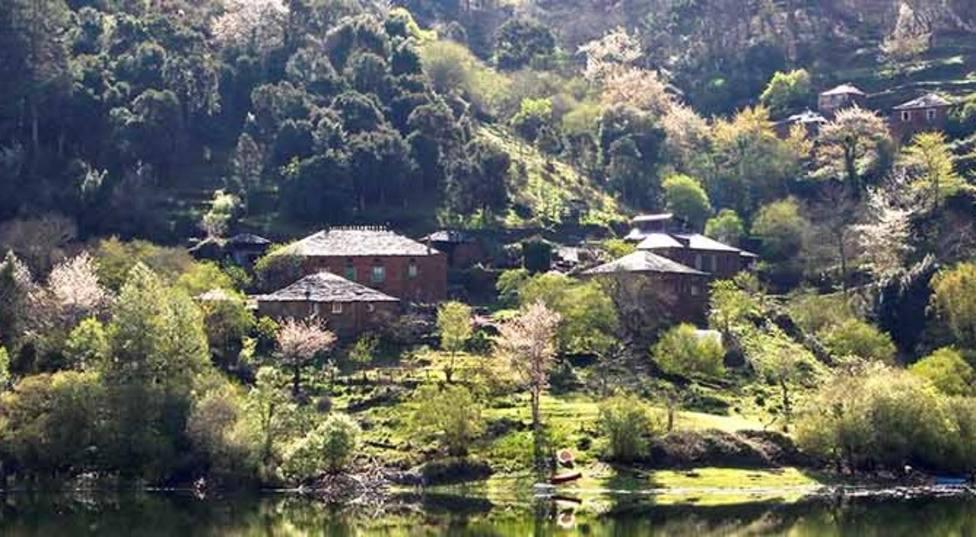 Reabre en A Montaña el colegio de Negueira tras siete años cerrado por falta de niños