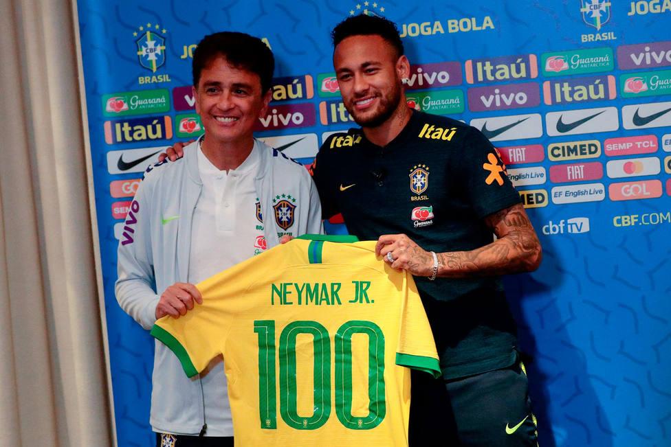 Bebeto y Neymar, por los 100 partidos del jugador con la selección (EFE)