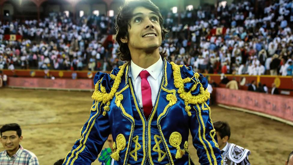 Sebastián Castella en su salida a hombros este domingo en la Goyesca de Lima