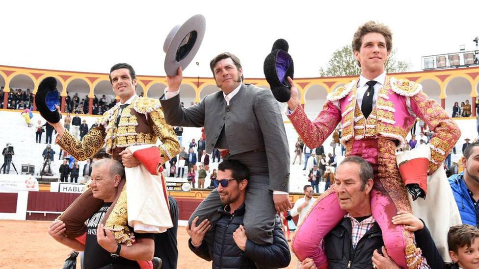 Emilio de Justo y Ginés Marín a hombros junto al mayoral de Victoriano del Río