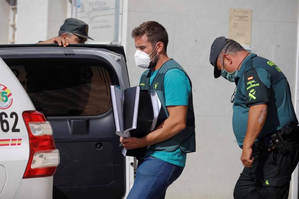 Guardia civil registra las oficinas del club nautico de Ibiza,