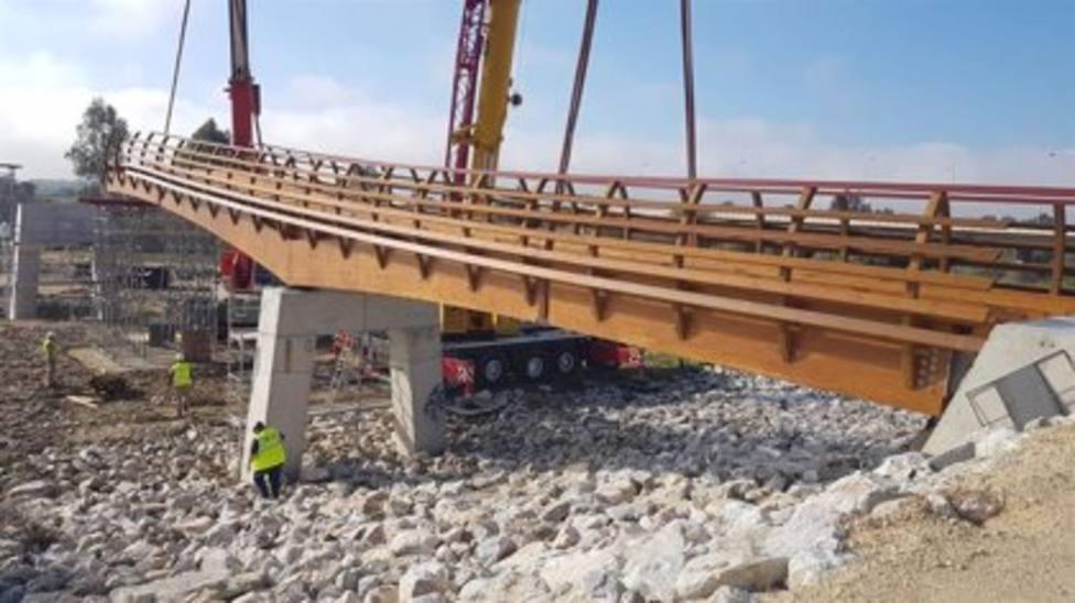 Encuentran un cadáver junto a la nueva pasarela de madera del río Guadalhorce