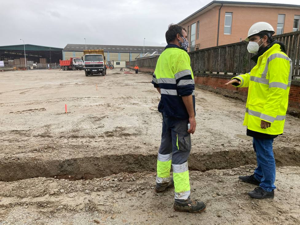 Julián Reina en las obras del paking del CHUF. FOTO: Concello de Ferrol