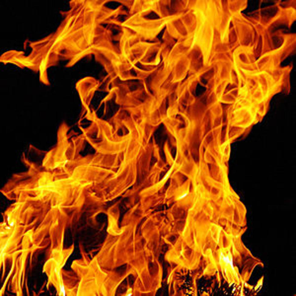 Un incendio destruye una nave con hierba y maquinaria agrícola en Sarria