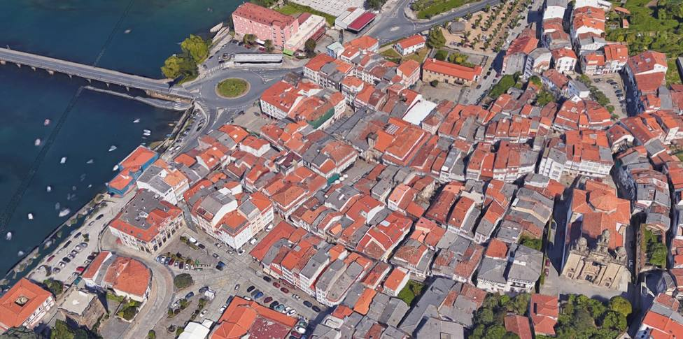 Captura aérea del casco histórico de Pontedeume