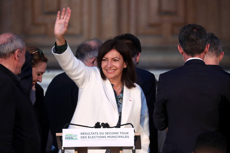 La alcaldesa de París ve absurdo que se multe al Ayuntamiento por emplear a demasiadas mujeres