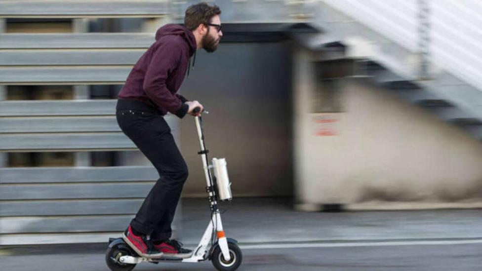 Hombre conduciendo un patinete eléctrico
