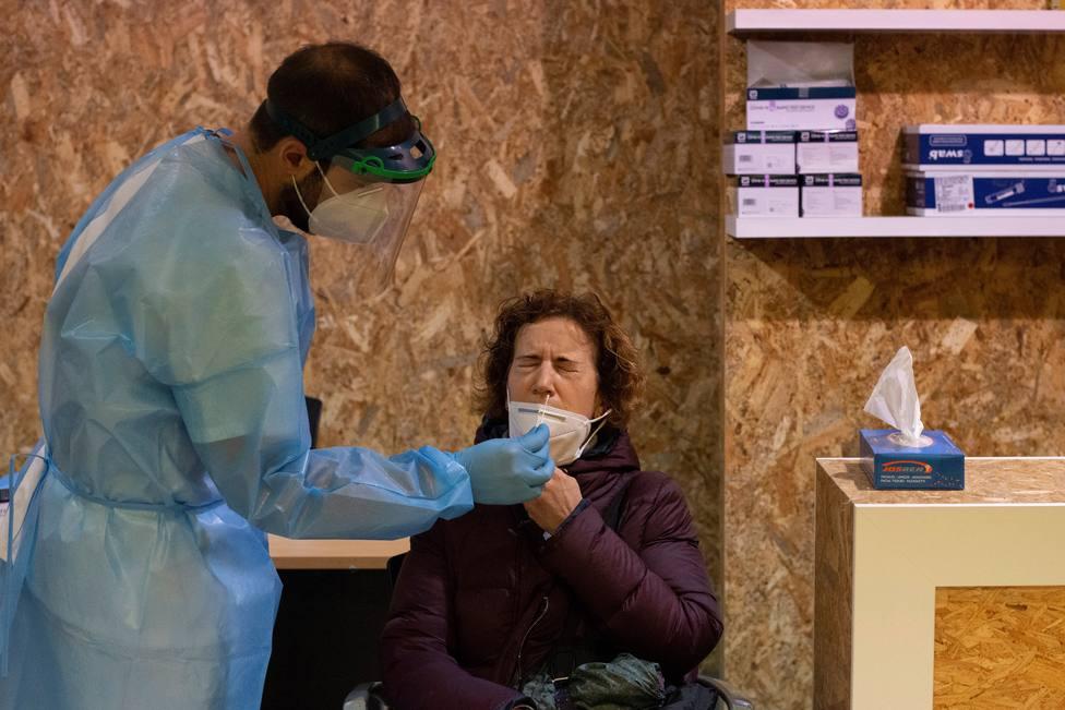 Foto de archivo de un sanitario haciendo una prueba PCR - FOTO: EFE / Brais Lorenzo