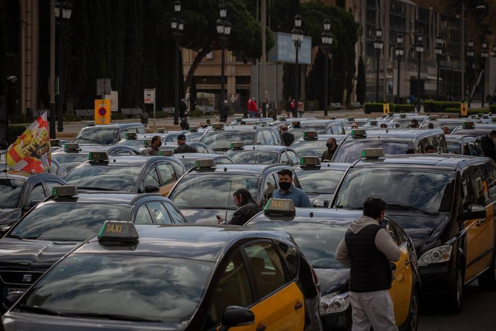 Fila de taxis en una marcha lenta en Barcelona - David Zorrakino - Europa Press - Archivo