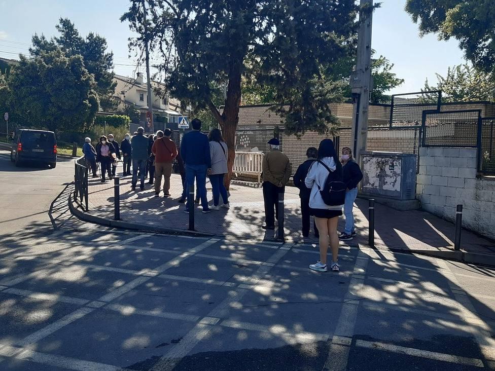 Votantes haciendo cola en el colegio Miguel Delibes de Collado Villalba