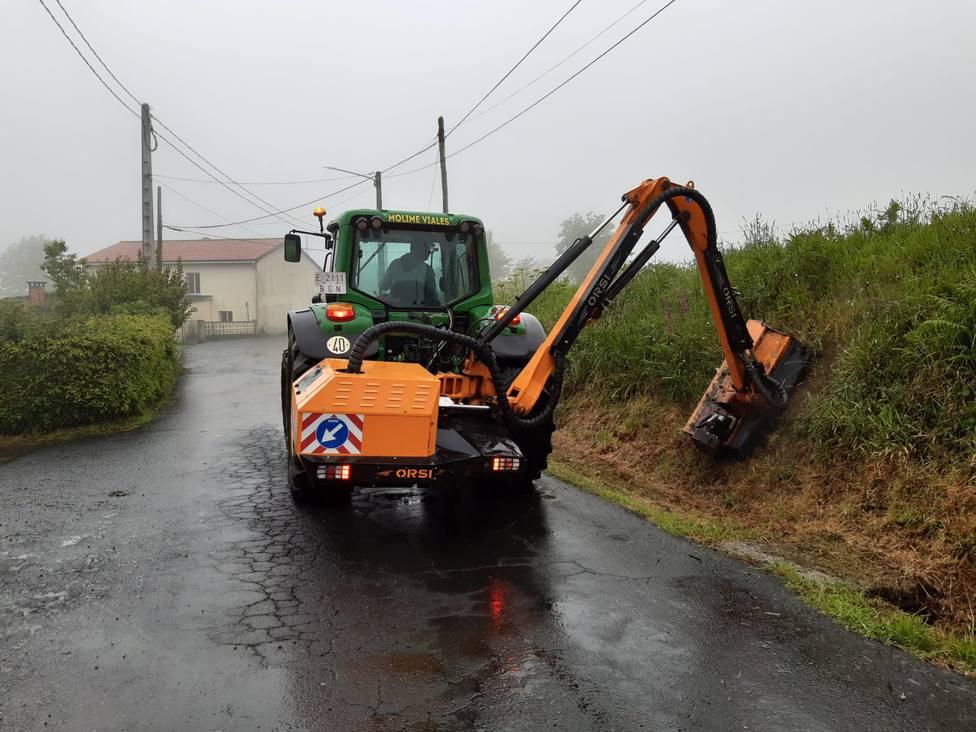 Tractor realizando los trabajos en vías de titularidad municipal en el municipio del Eume