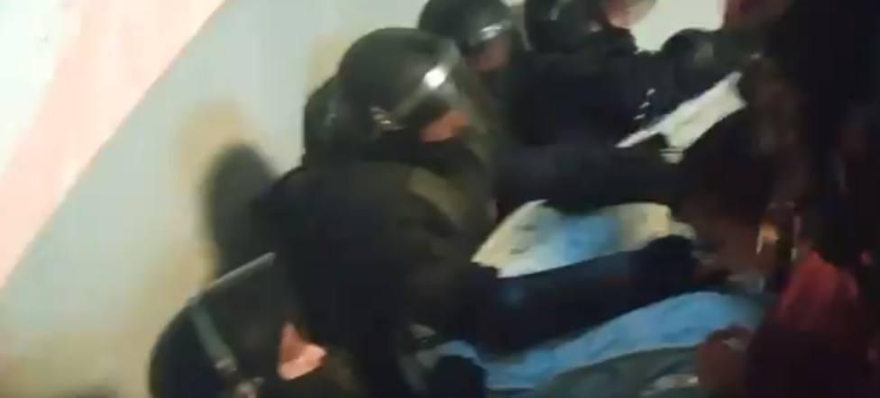 Tensión en la llegada de los Mossos para dar apoyo a la comitiva judicial en un desahucio