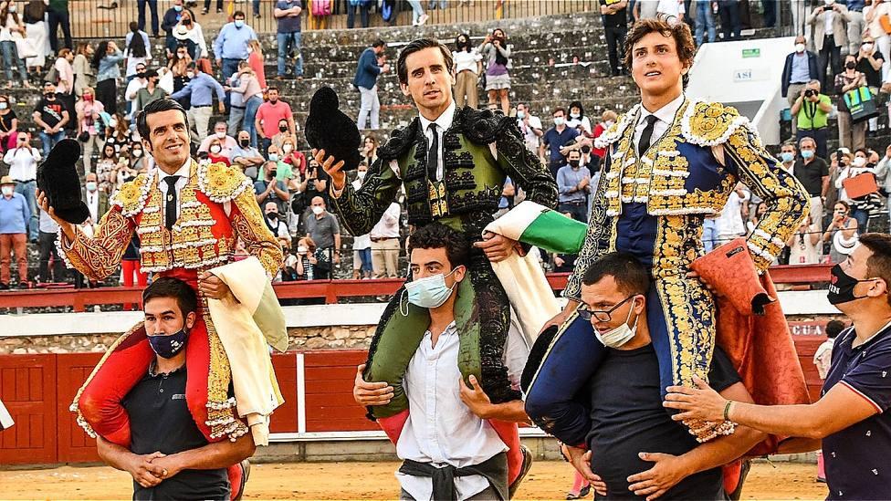 Emilio de Justo, Juan Ortega y Roca Rey en su salida a hombros este domingo en Brihuega