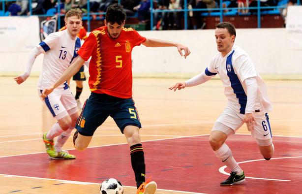 Adolfo controla el balón durante el amistoso entre España y Finlandia en Ferrol. EFE