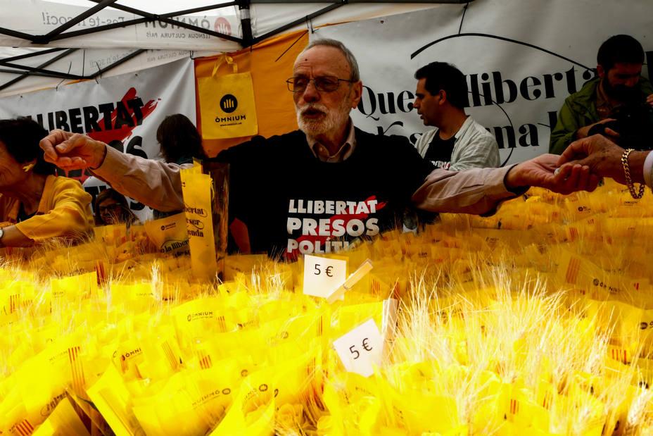 El soberanismo ha pedido cambiar las rosas rojas por amarillas este Sant Jordi. EFE