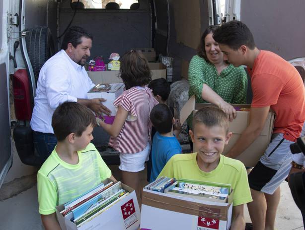 Niños de Castell de Cabres recibiendo libros