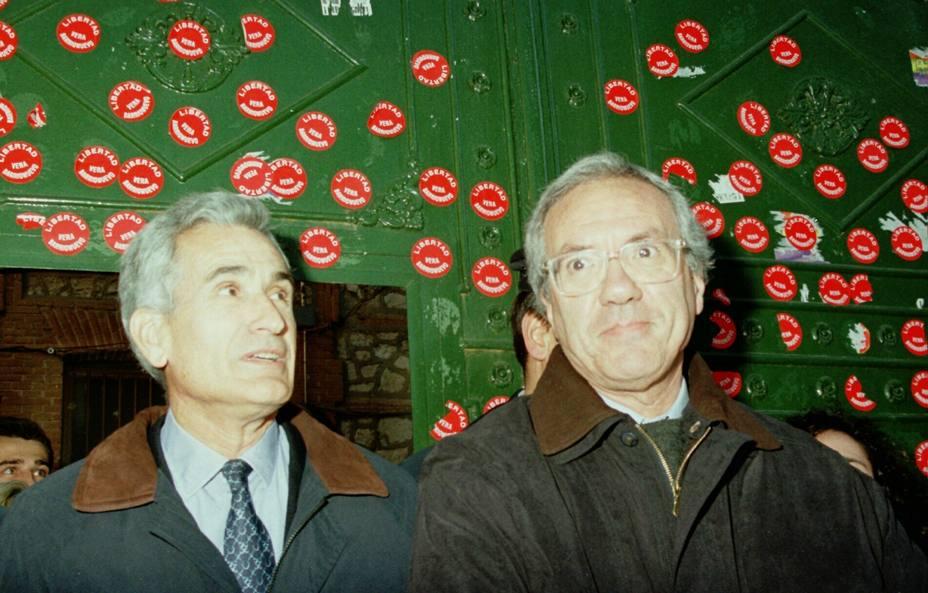 Vera y Barrionuevo a su salida de prisión en 1998