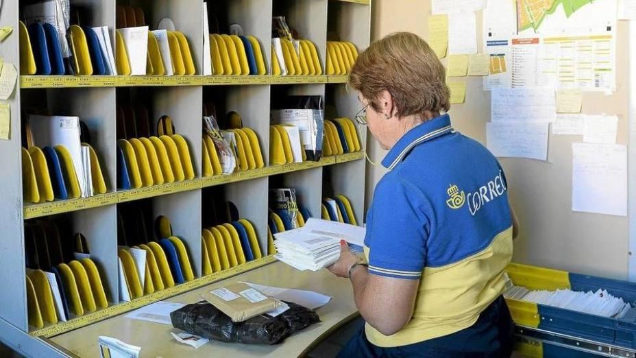 Una trabajadora de Correos clasifica las cartas.