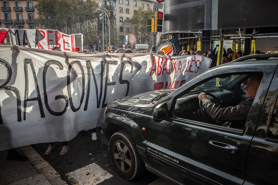 Comienza la manifestación de profesores, estudiantes y funcionarios contra los recortes que acabará en el Parlament