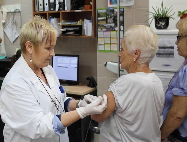 La vacunación antigripal y la fisioterapia respiratoria ayudan a mejorar la función respiratoria de las personas mayores