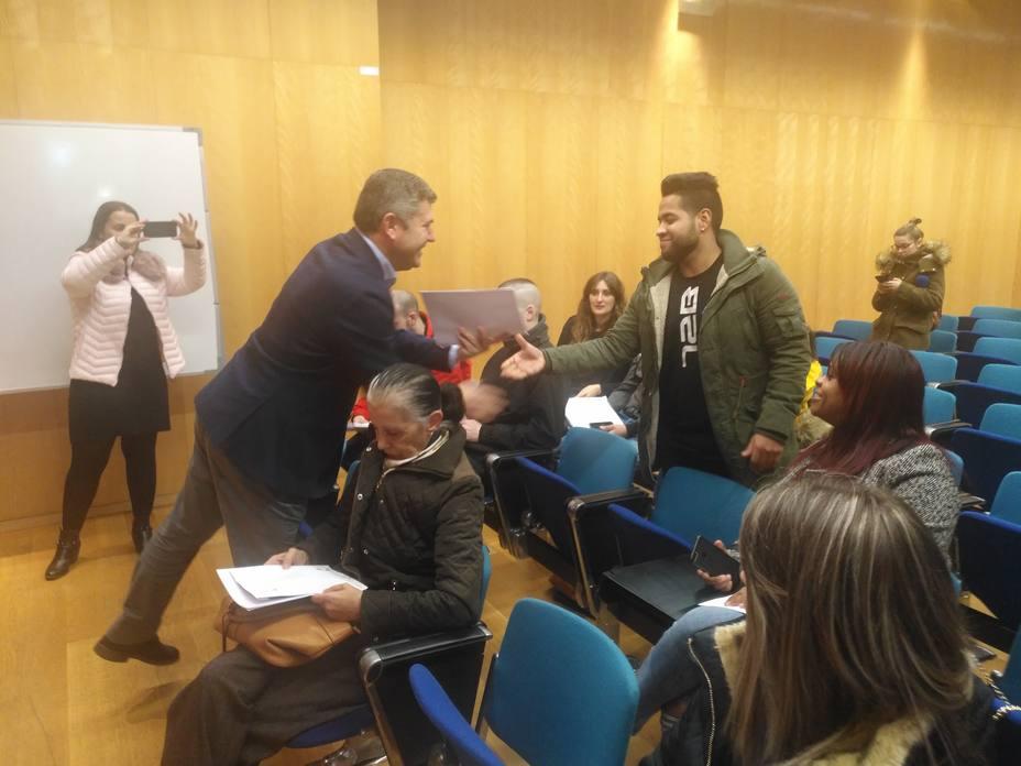 El delegado de la Xunta en la provincia de A Coruña, Ovidio Rodeiro,durante la entrega de llaves