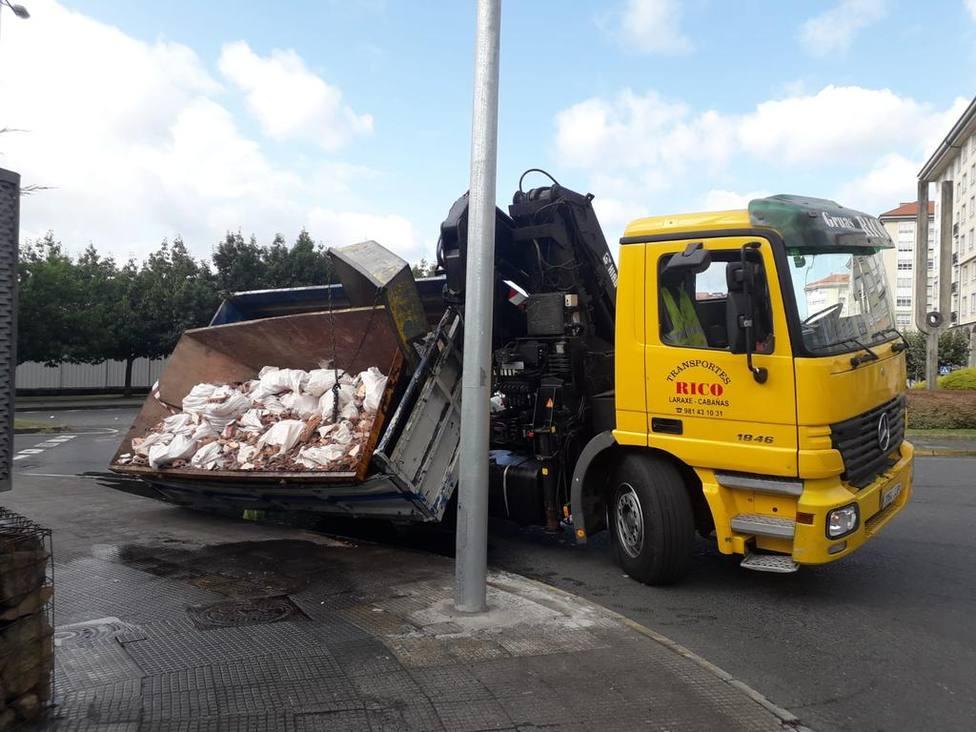 Estado en el que quedó la carga del camión - FOTO: Policia Local de Ferrol