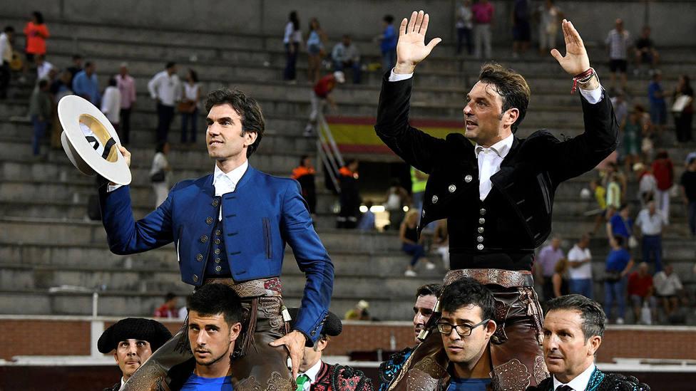 Sergio Galán y Andy Cartagena salendo a hombros este jueves en San Sebastián de los Reyes