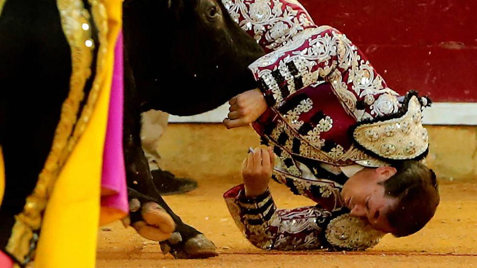 Momento de la cornada sufrida el pasado domingo por Mariano de la Viña en Zaragoza