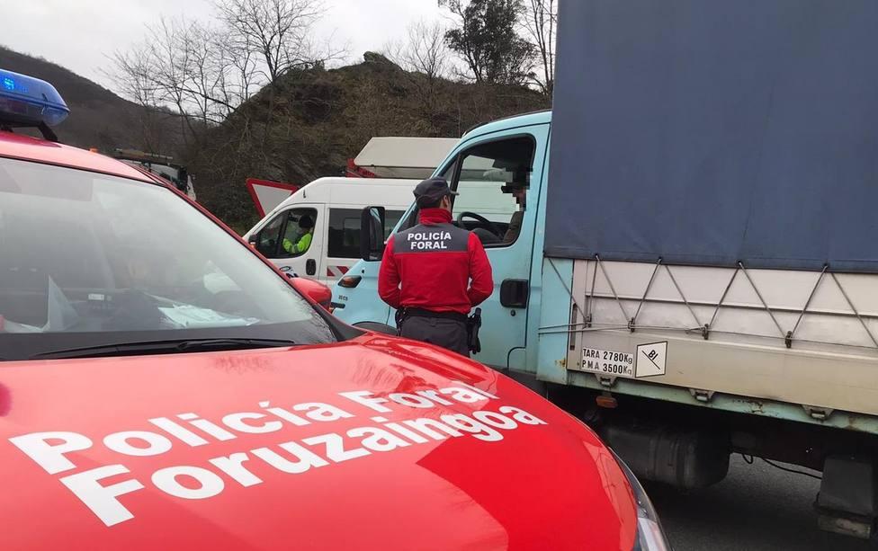 Denunciado un camionero que conducía viendo una telenovela.