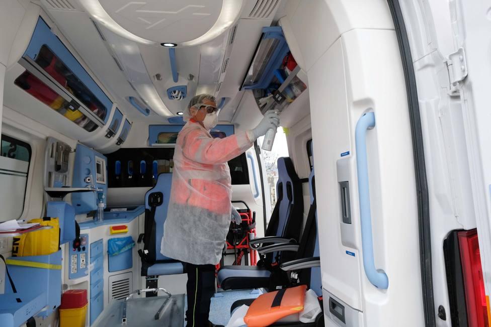 Foto de archivo de trabajos de limpieza en una ambulancía - FOTO: Efe / Filippo Venezia
