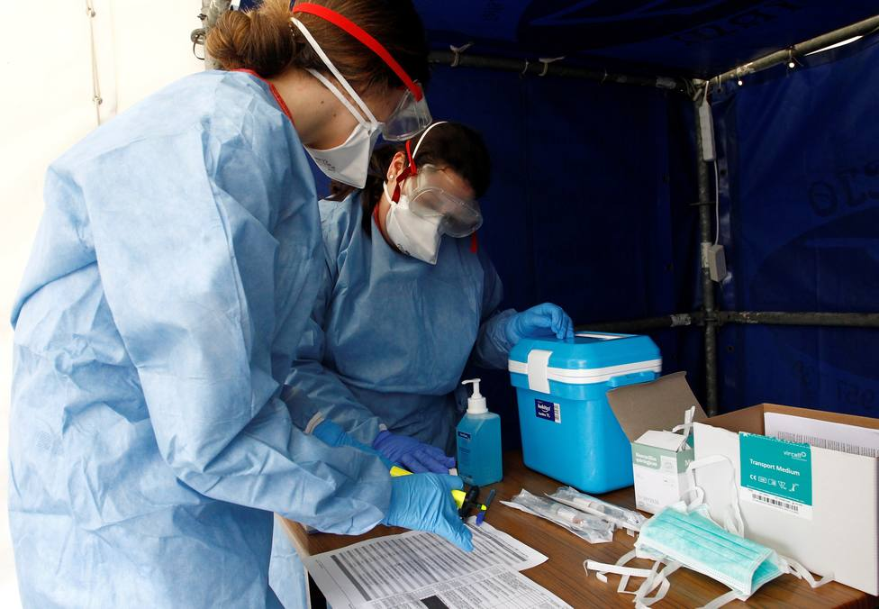 Los trabajadores toman muestras de detección del coronavirus - FOTO: EFE / Kiko Delgado
