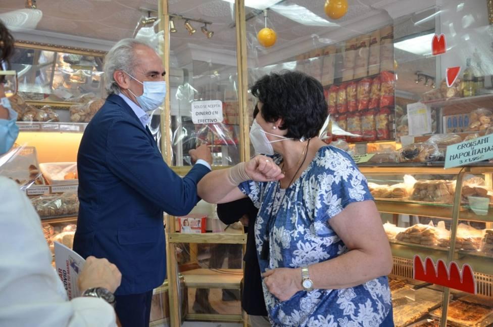 Ruiz Escudero saluda a algunos vecinos en su visita a Guadarrama