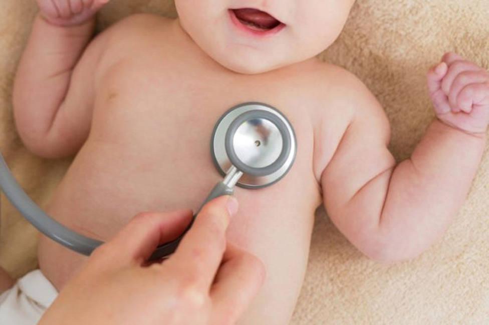 Médico auscultando a un bebé