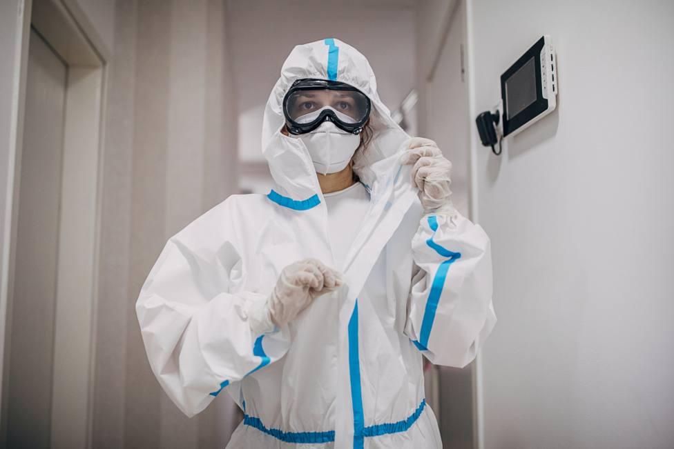 Personal sanitario con las medidas especiales contra el coronavirus