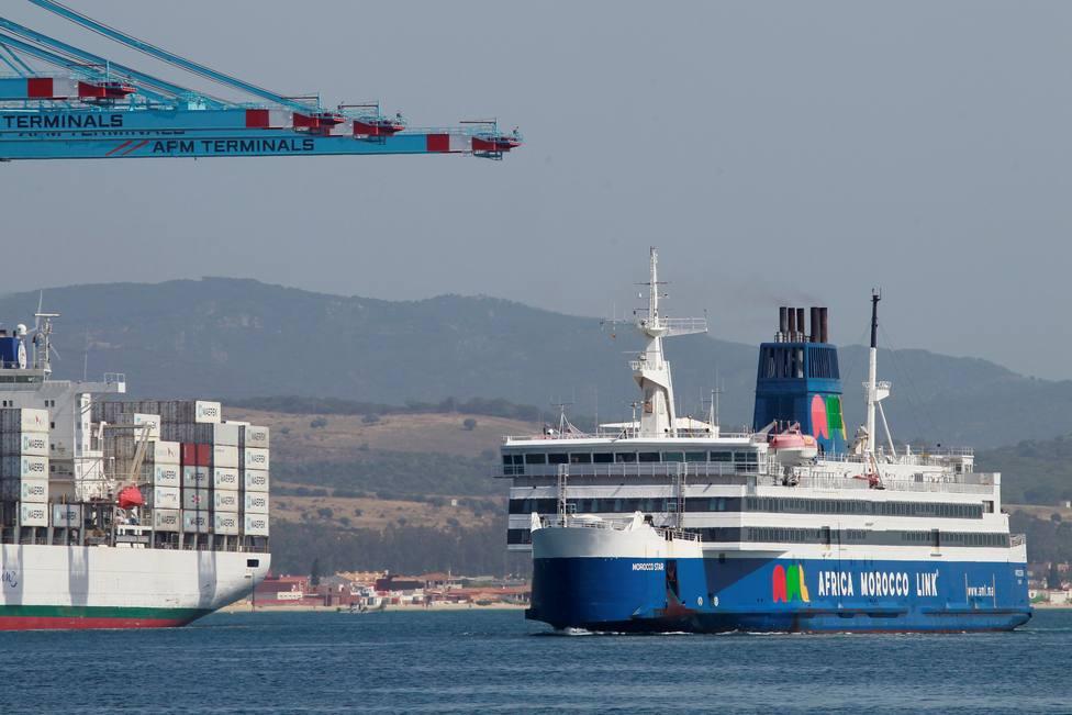 La borrasca Filomena obliga a suspender la mayor parte del tráfico en el Estrecho y hunde un barco recreativo
