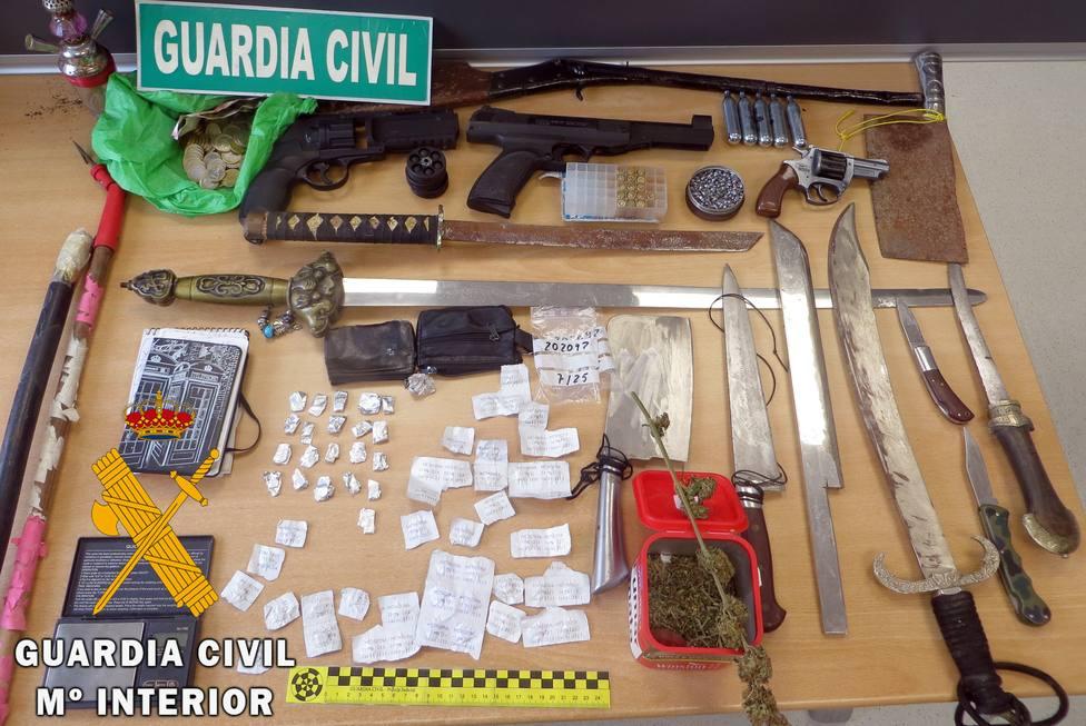 Desmantelado en Adra un punto de venta de droga donde localizan gran cantidad de armas