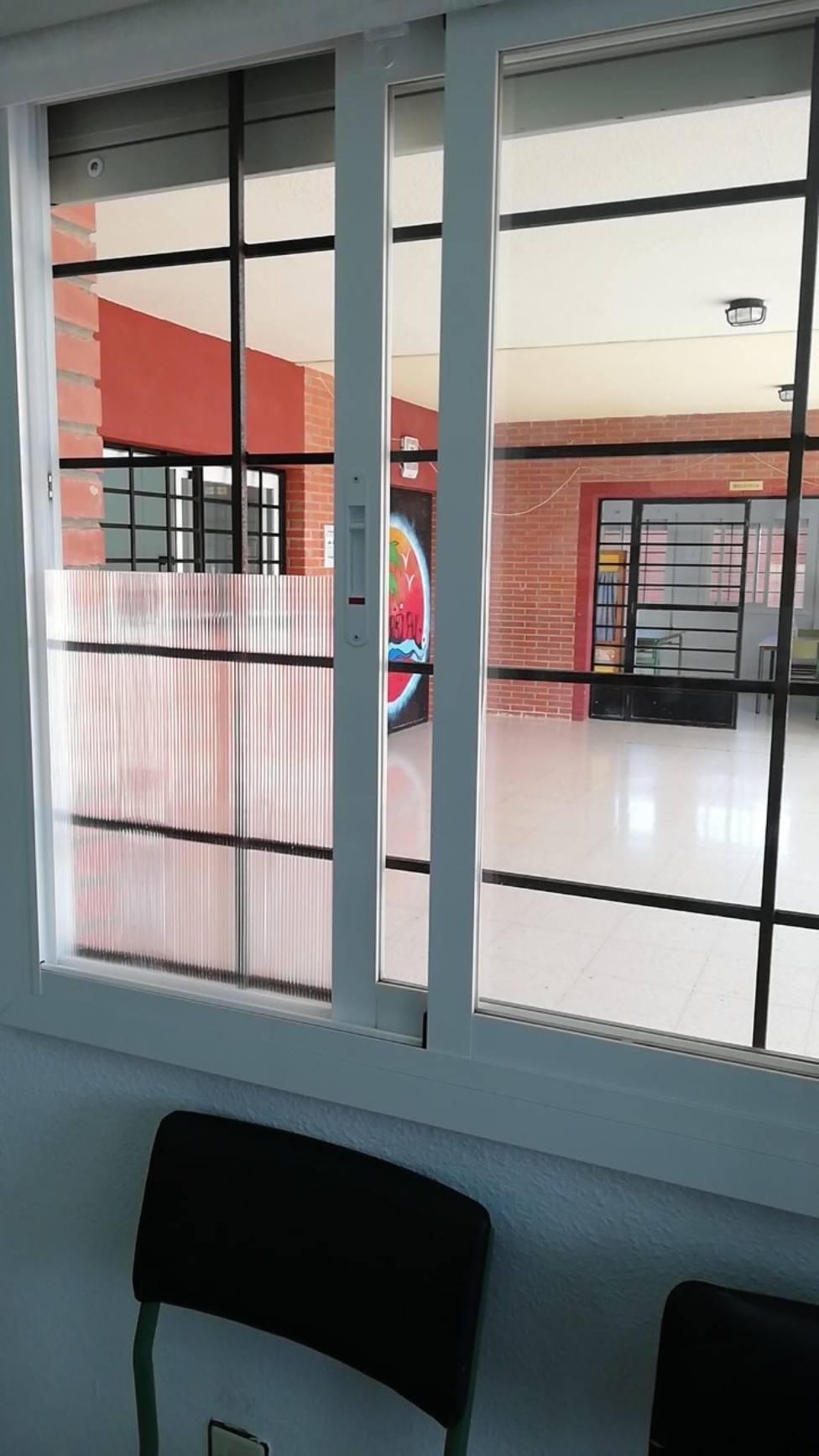 El Ayuntamiento comienza la colocación de placas de policarbonato en las ventanas de los Centros Educativos