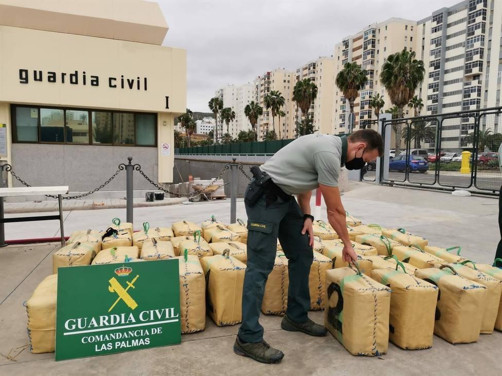 Detienen a dos hombres en una embarcación con 1.600 kilos de hachís a 5 millas de Arucas