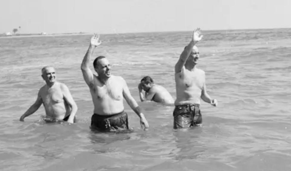 El baño de Fraga en Palomares, 55 años de una de las imágenes con más historia
