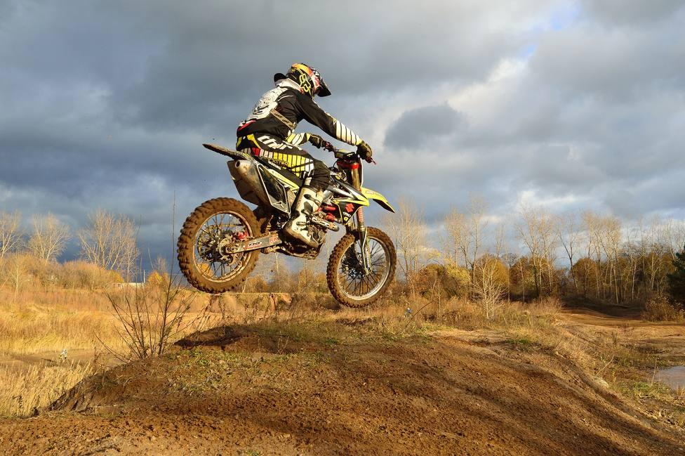 Campeonato de motocross en una foto de archivo