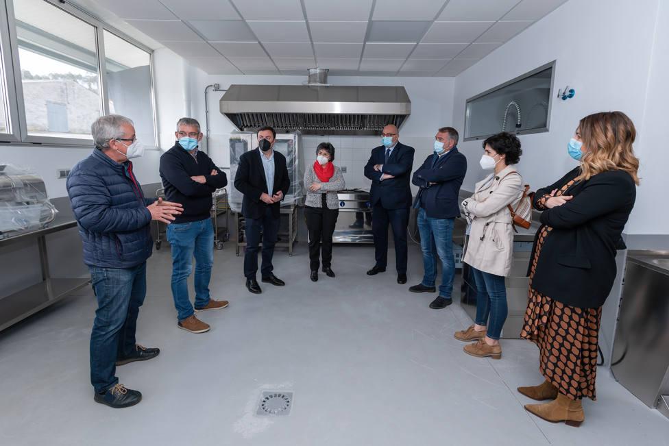 Alcaldes y presidente de la Diputación durante la visita al centro - FOTO: César Galdo