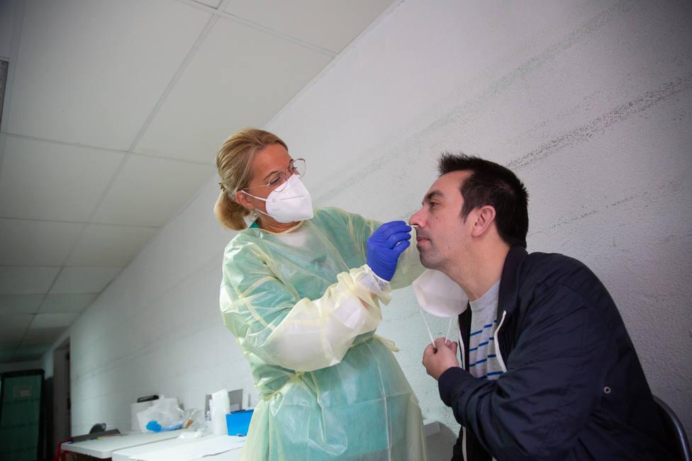 Foto de archivo de una sanitaria haciendo una prueba PCR - FOTO: Europa Press / Javier Pulpo