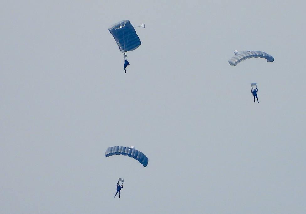 Varios paracaidistas descienden hacía aguas de la ría de Ares - FOTO: Jose R. Montero