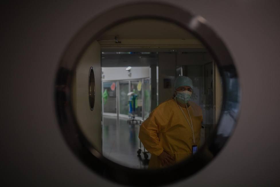 Un trabajador sanitario protegido en la UCI - David Zorrakino - Europa Press - Archivo