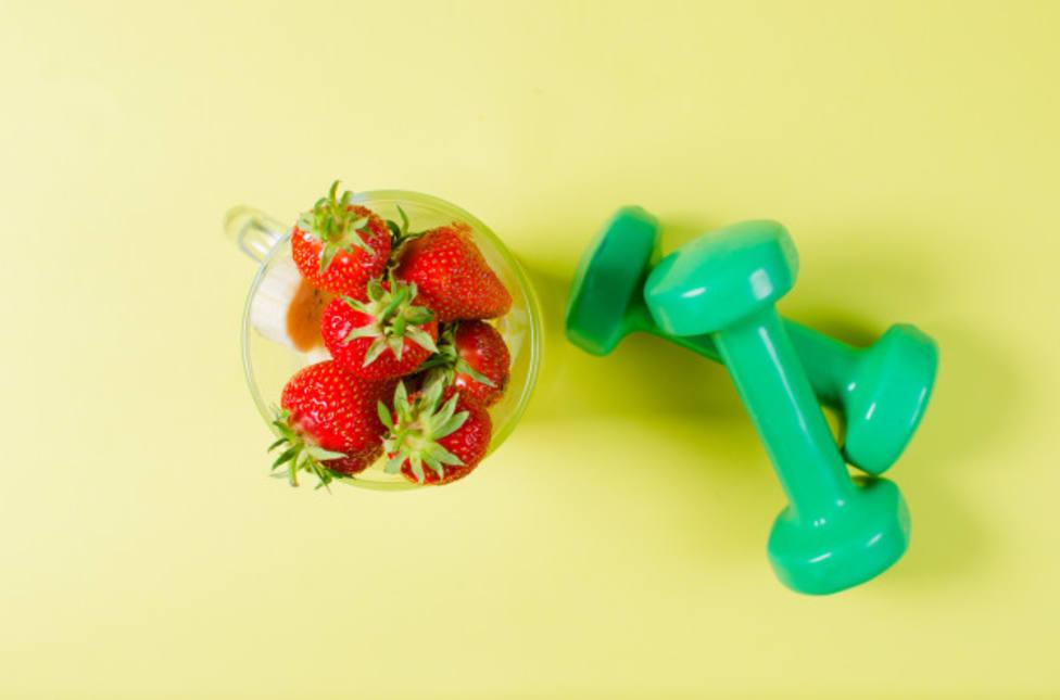 ctv-eiz-fresas-pesas-deportivas-encuentran-superficie-color-amarillo-claro 163709-74
